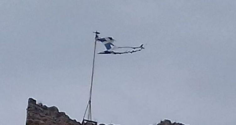 Η Ελληνική σημαία κυματίζει σκισμένη στο Κάστρο της Βόνιτσας!
