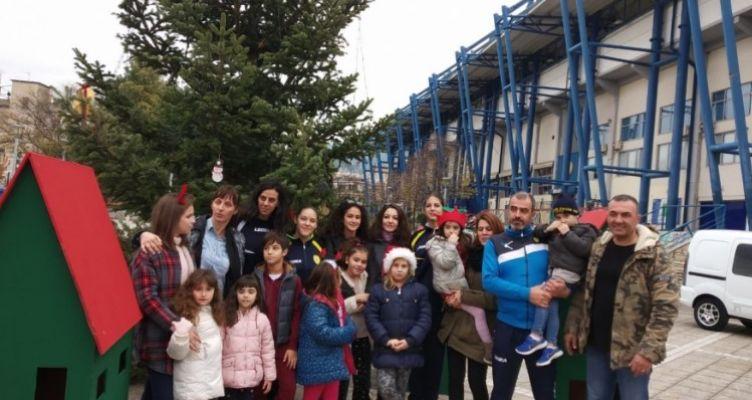 Αγρίνιο: Στόλισαν το χριστουγεννιάτικο δέντρο έξω από το γήπεδο