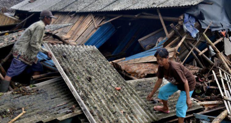 Ινδονησία: Πτώματα παντού από το τσουνάμι – Πάνω από 165 οι νεκροί (Βίντεο)