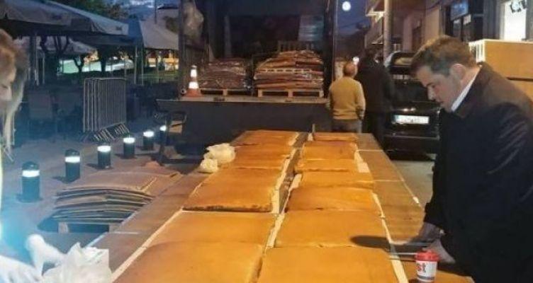 Βασιλόπιτα για… Γκίνες – 3,5 τόνοι, 25.000 κομμάτια, 200 φλουριά (Φωτό)