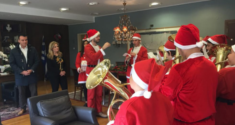 Χριστουγεννιάτικα κάλαντα και ευχές στην Αντιπεριφερειάρχη Χρ. Σταρακά (Φωτό)