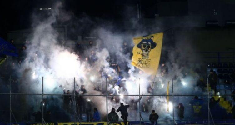 SL: Η «κυανοκίτρινη» εξέδρα έκανε αισθητή την παρουσία της στο Περιστέρι (Φωτό)