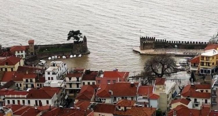 «Κοκκίνισε» το λιμάνι της Ναυπάκτου (Βίντεο)
