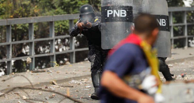 Βενεζουέλα: Χάος και συγκρούσεις – Στηρίζει Μαδούρο ο στρατός (Φωτό)