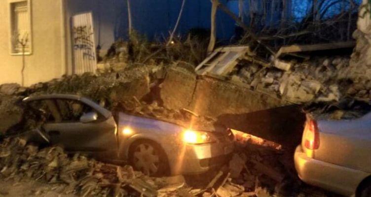 Κατέρρευσε σπίτι και καταπλάκωσε δυο αυτοκίνητα! Συγκλονιστικές εικόνες και βίντεο από το σημείο