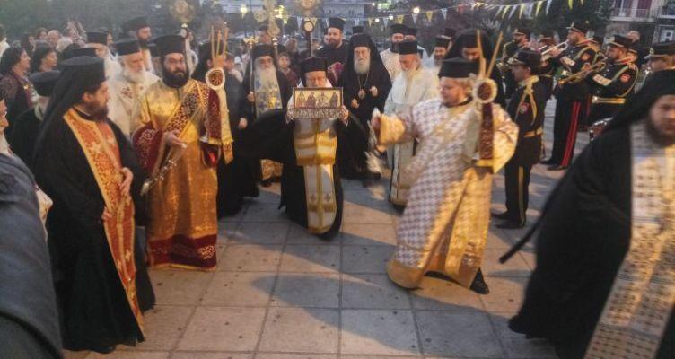 Αγ. Τριάδα Αγρινίου: Πλήθος κόσμου υποδέχτηκε το Ιερό Λείψανο του Αγίου Διονυσίου (Φωτό)