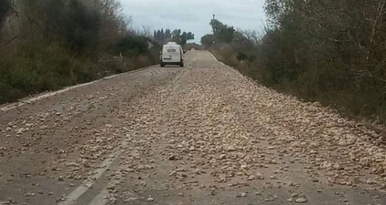 Kοφτερές πέτρες στον δρόμο Βόνιτσας – Παλαίρου: Απαιτείται προσοχή από τους οδηγούς