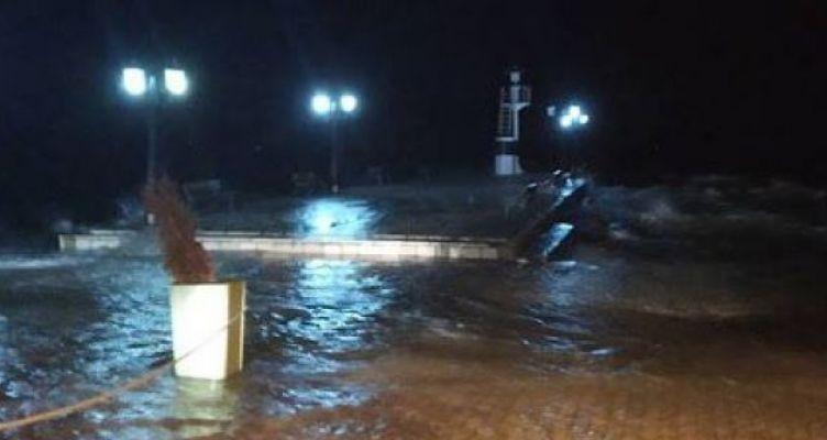 Η θάλασσα βγήκε στη στεριά χθες βράδυ στη Βόνιτσα (Βίντεο-Φωτό)