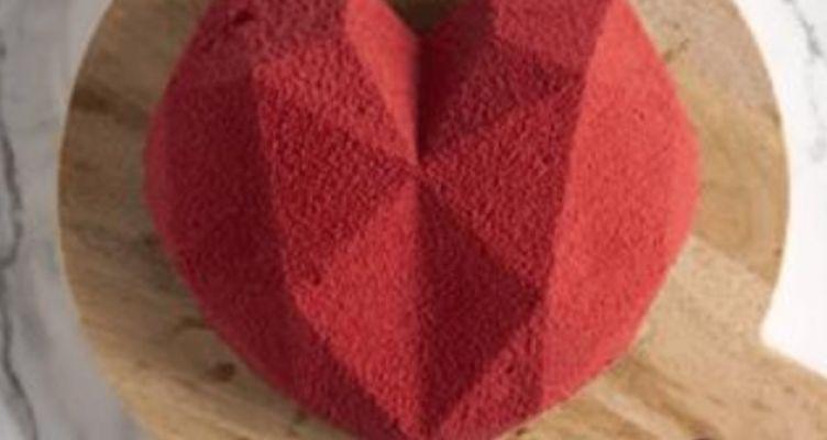 Τούρτα καρδιά, του Άκη Πετρετζίκη για του Αγίου Βαλεντίνου (Βίντεο)