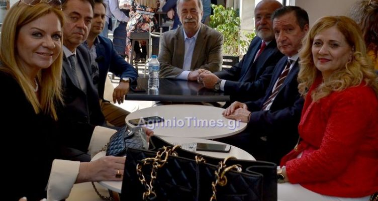 Χριστίνα Σταρακά και Γιώργος Καμίνης σε καφέ του Αγρινίου (Φωτό)