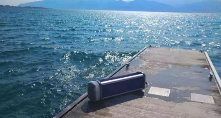 Ανεγκέφαλοι έσπασαν τα φωτιστικά της πλωτής εξέδρας στο λιμάνι της Ναυπάκτου