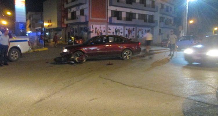 Αγρίνιο: Δίκυκλο σφηνώθηκε κάτω από Ι.Χ. (Φωτό)