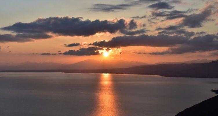 Τριχωνίδα: το ρομαντικό ηλιοβασίλεμα της Δυτικής Ελλάδας