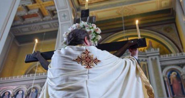 Μ. Παρασκευή: Πλήθη πιστών στις Εκκλησίες για την Αποκαθήλωση και τον Επιτάφιο (Φωτό)