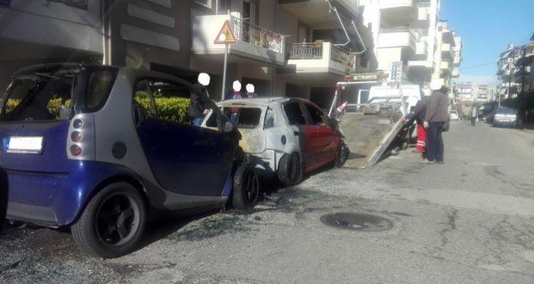 Αγρίνιο: Φωτιά σε δύο σταθμευμένα Ι.Χ.Ε. αυτοκίνητα (Φωτό)