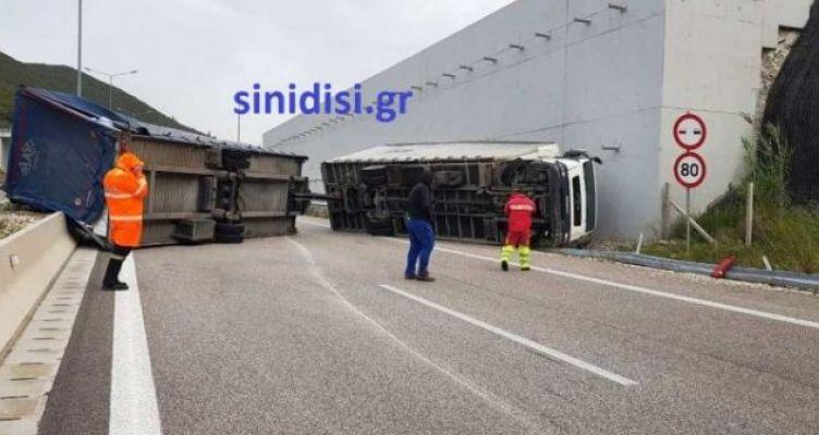 Εκτροπή και ανατροπή φορτηγού, στην Ιόνια Οδό, στο ρεύμα προςΙωάννινα (Φωτό – Βίντεο)