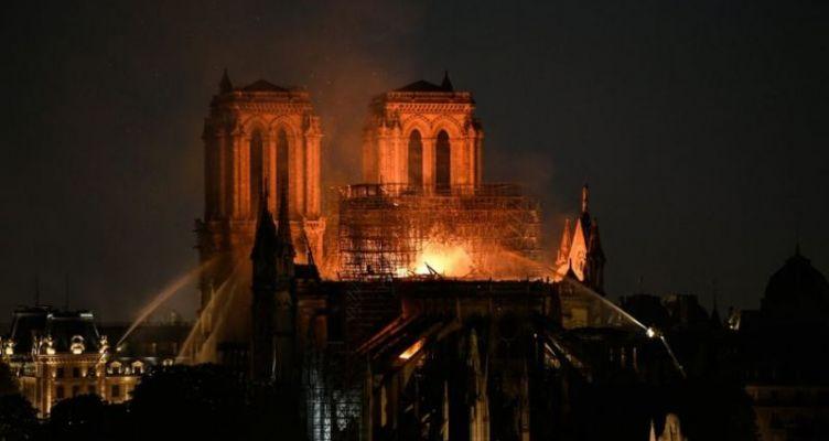 Παναγία των Παρισίων: Τεράστια καταστροφή – Σώθηκαν το κύριο κτίσμα και οι πύργοι