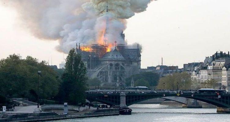 «Μια τρομερή πυρκαγιά είναι σε εξέλιξη στην Παναγία των Παρισίων» – Εκκενώνεται η περιοχή (Βίντεο)