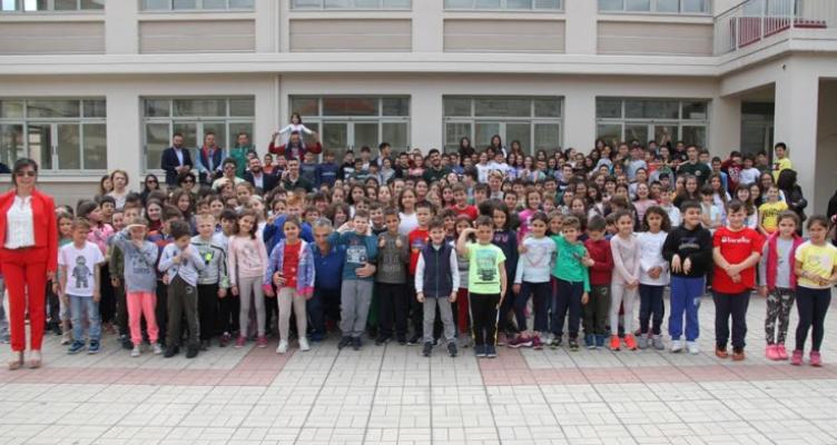 Η ομάδα του Α.Ο. Αγρινίου δίπλα στους μαθητές – Επίσκεψη στο 2ο Δημοτικό Σχολείο Αγρινίου