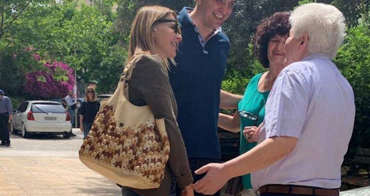 Τζένη Μπαλατσινού: Στο πλευρό του Βασίλη Κικίλια στο εκλογικό τμήμα που ψήφισε! (Φωτό)
