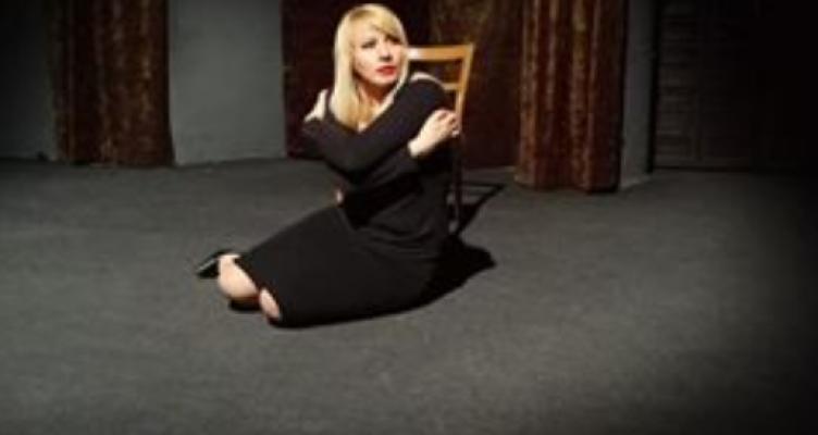 Θέατρο Μπέλλος: Πρεμιέρα θεατρικού μονολόγου «Κραγιοναρισμένα Χείλη»