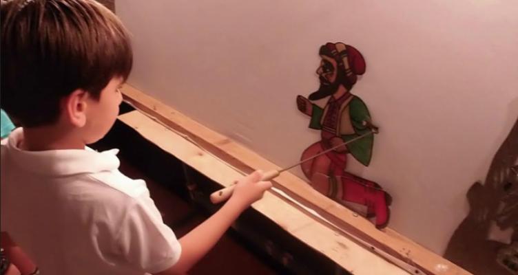 Μικροί μαθητευόμενοι καραγκιοζοπαίχτες – Η εκδήλωση λήξης του Περί Σκιών στο θεατράκι μαρίνας