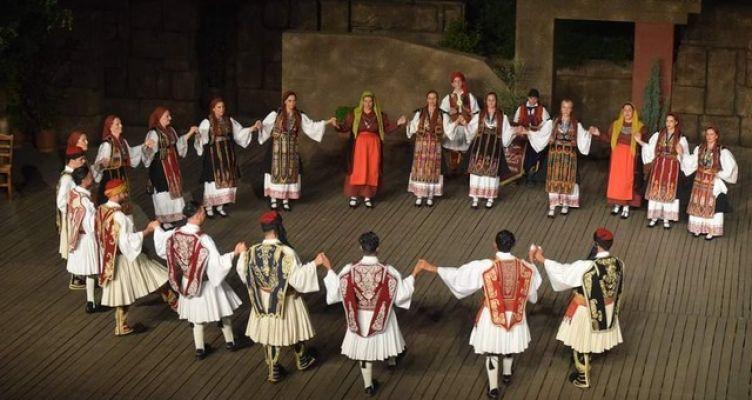 Αιτωλοακαρνάνες με πανέμορφες ενδυμασίες χόρεψαν στην Αθήνα (Φωτό)