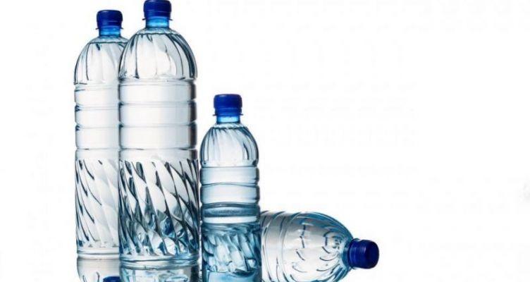 Όλες οι αλήθειες που δεν μάθατε ποτέ για τα μπουκάλια από τα οποία πίνουμε νερό