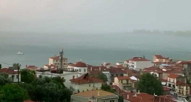 Ξαφνική μπόρα στη Ναύπακτο – Άδειασαν οι παραλίες (Βίντεο)