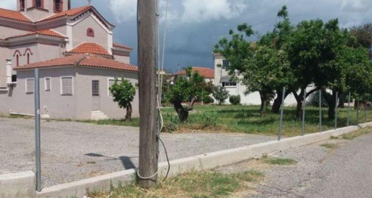 Καλύβια Αγρινίου: Άγνωστοι αφαίρεσαν δυο σχάρες από φρεάτια στην είσοδο του πάρκινγκ