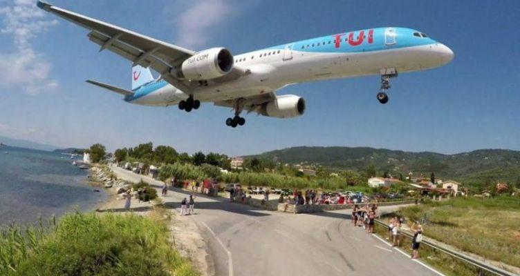 Αεροπλάνο περνά ξυστά πάνω από τα κεφάλια τουριστών στη Σκιάθο (Βίντεο)
