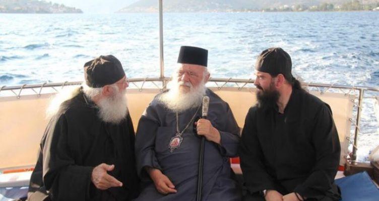 Ο Αρχιεπίσκοπος στα Τριζόνια Φωκίδος (Φωτό)