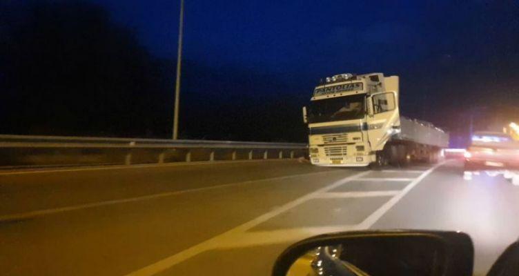 Μεσολόγγι: Έφυγε ο τροχός φορτηγού στη μέση του δρόμου