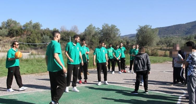 Η ομάδα του Α.Ο. Αγρινίου δίπλα στους μαθητές (Φωτό)