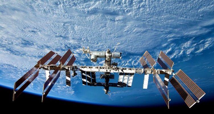 Γυναίκα και άνδρας αστροναύτης της NASA «περπάτησαν» έξω από τον Διεθνή Διαστημικό Σταθμό