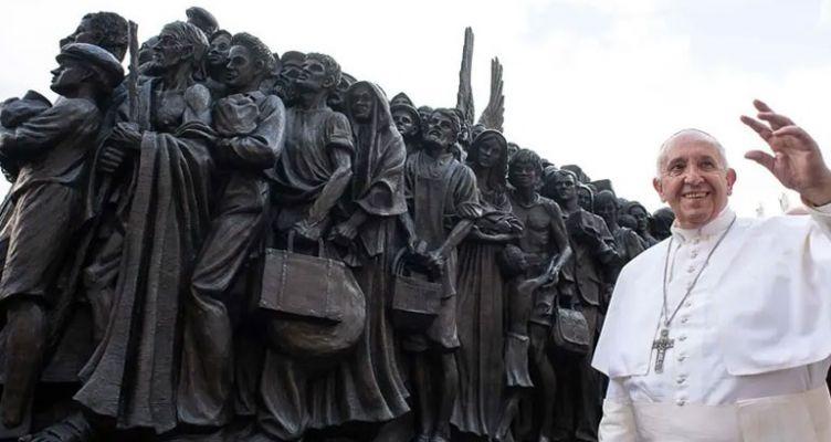 Ένα γλυπτό για την προσφυγιά, στην πλατεία του Αγίου Πέτρου στο Βατικανό