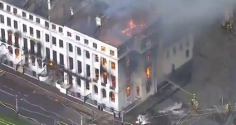 Φωτιά σε ξενοδοχείο στη Βρετανία: Όλο το κτίριο έχει τυλιχθεί στις φλόγες
