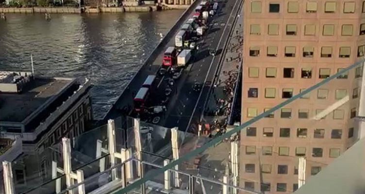 Συναγερμός στη γέφυρα του Λονδίνου μετά από αναφορές για πυροβολισμούς