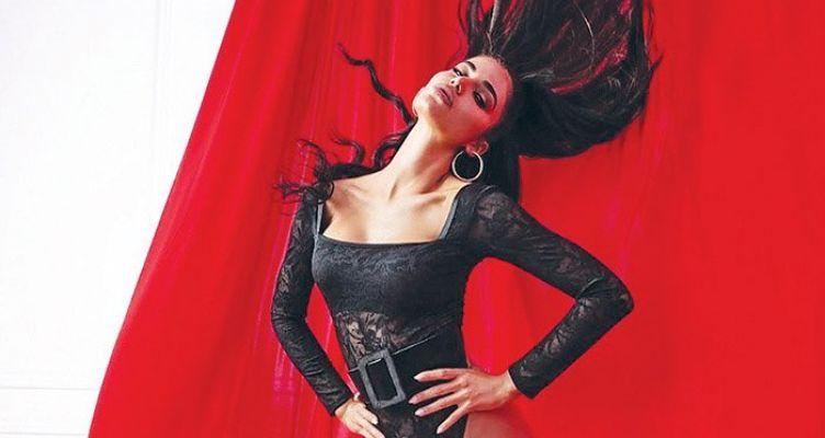 Ιωάννα Μπέλλα: «Καρυάτιδα» σε φόντο κόκκινο των Χριστουγέννων!