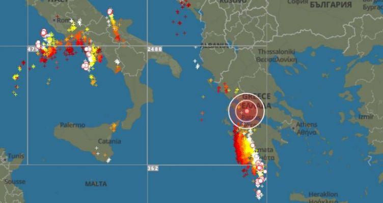 Καιρός: Έφτασε στο Ιόνιο η κακοκαιρία με… χιλιάδες κεραυνούς – Δείτε live