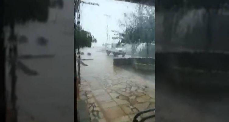 Καιρός: Η «Βικτώρια» σαρώνει το Ιόνιο, δυνατός άνεμος παρέσυρε αυτοκίνητο