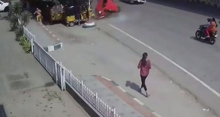 Αυτοκίνητο πέφτει από γέφυρα πάνω σε πεζούς (Βίντεο)