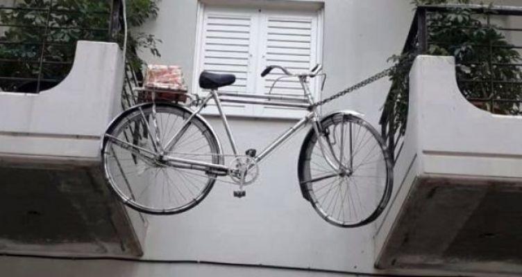Πατρινός κρέμασε στο μπαλκόνι το ποδήλατό του για να το σώσει από επίδοξους κλέφτες!