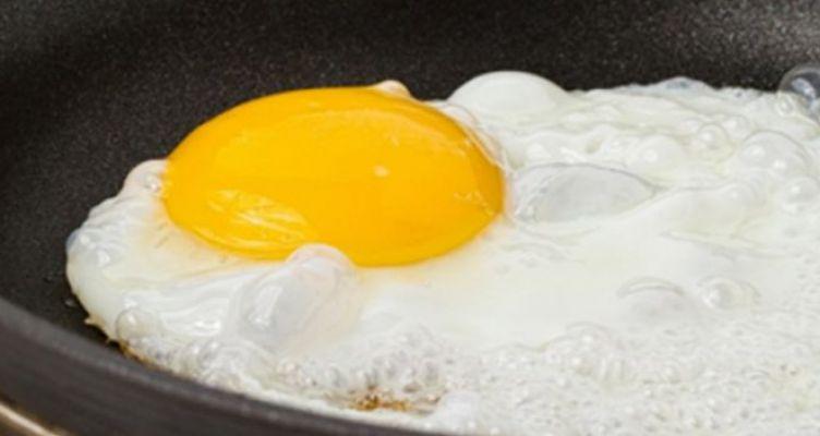 Αυτός είναι ο… καινούριος τρόπος για να τηγανίζετε τα αυγά σας (Βίντεο)