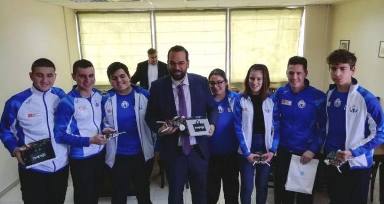 Ο Νεκτάριος Φαρμάκης, βράβευσε ομάδα μαθητών από την Αιτωλ/νία που συμμετείχε στην 21η Ολυμπιάδα Ρομποτικής