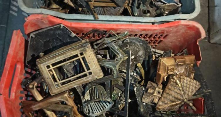 Αγρίνιο: Συνελήφθησαν για διάπραξη κλοπών σε κοιμητήριο-Eίχαν αφαιρέσει από τάφους 75 καντήλια(Φωτό)