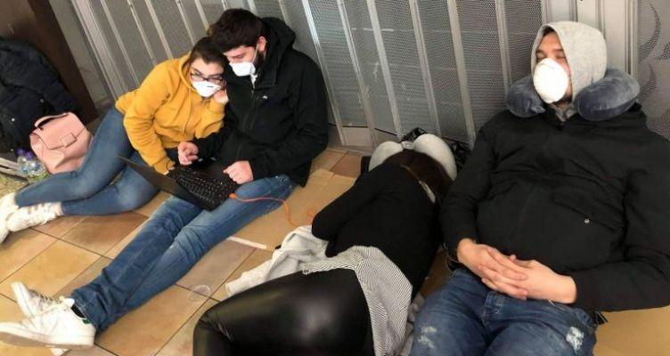 Εικόνες ντροπής- 73 Έλληνες αποκλεισμένοι στο Λονδίνο: Είμαστε σε τραγική κατάσταση