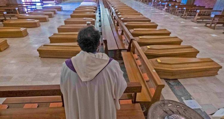 Ιταλία: Εκκλησία γεμάτη φέρετρα στο Μπέργκαμο – Συγκλονιστικές εικόνες