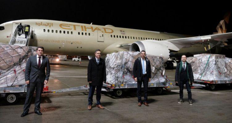 Έφτασαν στην Αθήνα 11 τόνοι υγειονομικό υλικό από τα Η.Α.Ε. (Βίντεο)