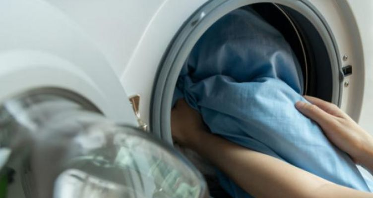 Κορωνοϊός: Πώς απολυμαίνουμε και καθαρίζουμε ρούχα, πετσέτες σεντόνια
